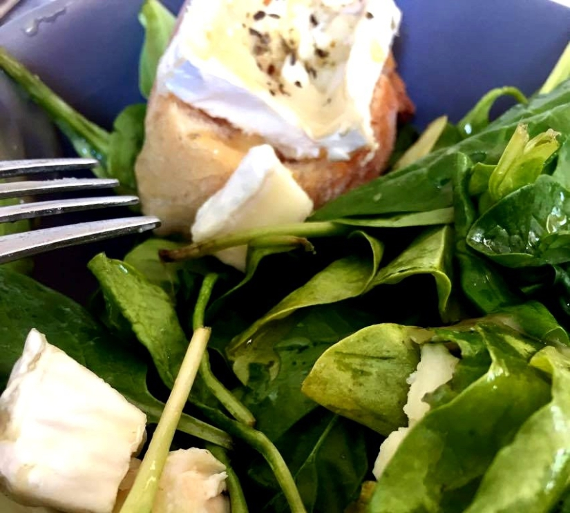 Quick and easy goat cheese & spinach salad